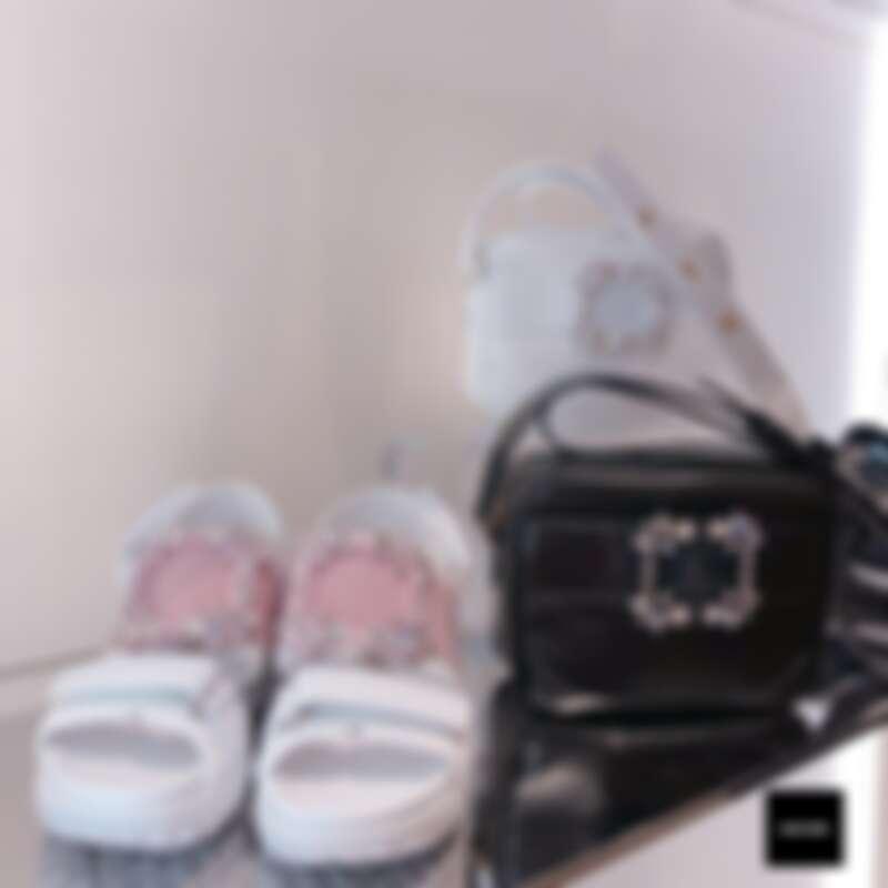(左一)Roger Vivier Viv' Run水鑽方扣裝飾涼鞋,台灣限定色淡玫瑰色(NT$41,600)。