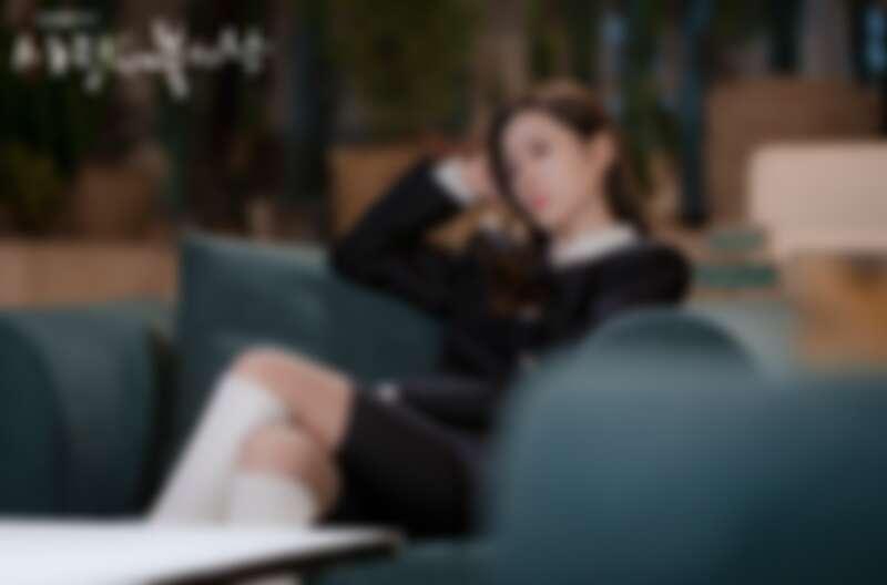 韓國設計師品牌YCH排釦洋裝配JIMMY CHOO白色長靴。