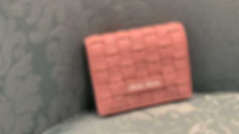 MIU MIU 粉色皮革編織短夾,NT15,000