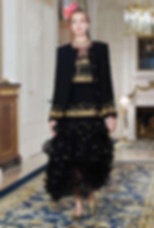 卡爾讓斜紋軟呢外套也能搭配禮服。