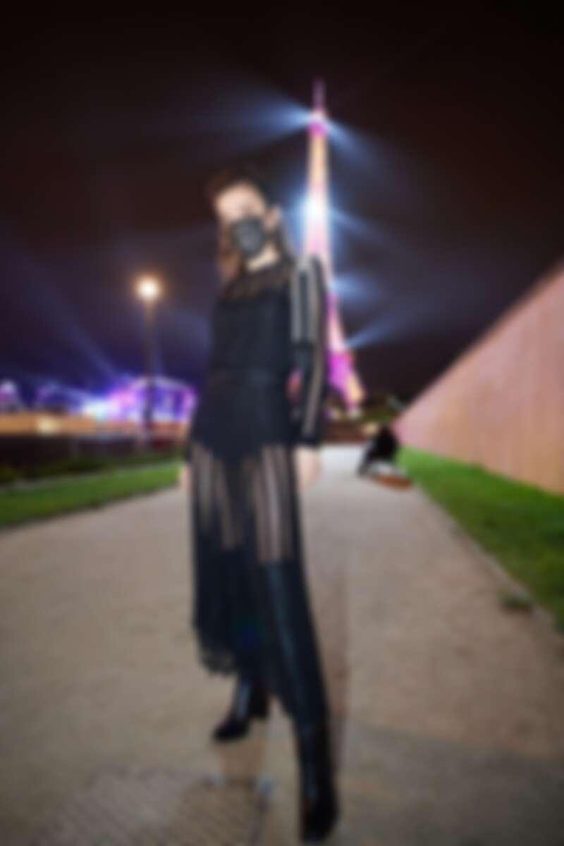 謝金燕戴上蕾絲紋口罩,配禮服也不奇怪。