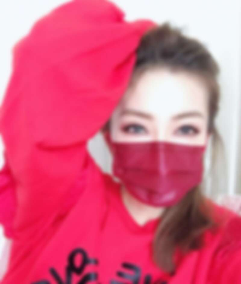 謝金燕用One Tone搭配法,彩色口罩配衣服。