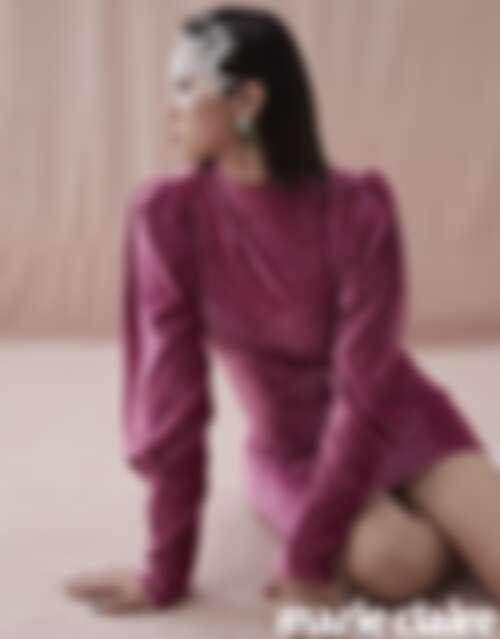 綠色復古耳環、桃紅色連身洋裝、白色皮革靴,all by H&M。