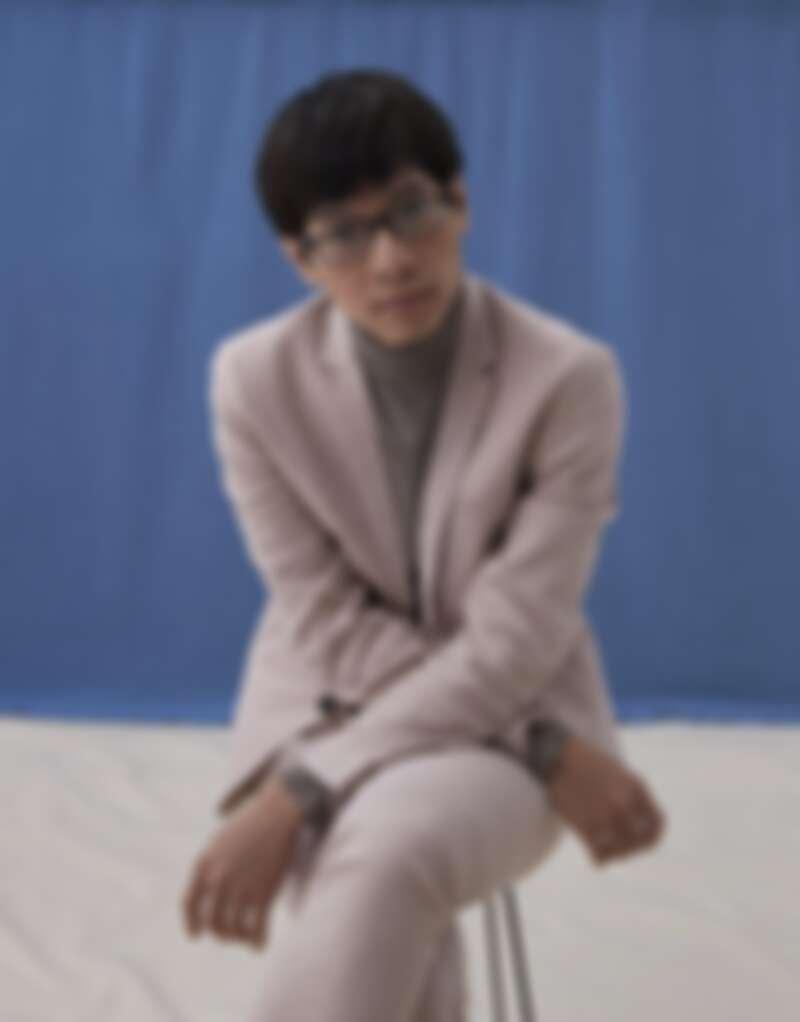 駝色高領衫、淡粉色西裝、白色球鞋,all by H&M。