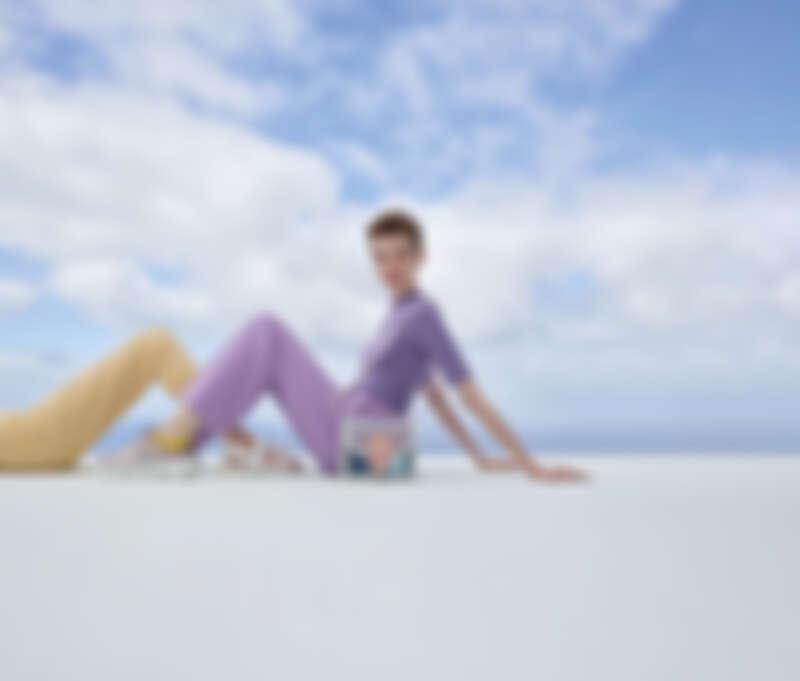 (左起)果凍拼接厚底球鞋(NT$1,990)、運動風休閒涼鞋(NT$1,890)、果凍翻蓋斜背包(NT$1,890)。