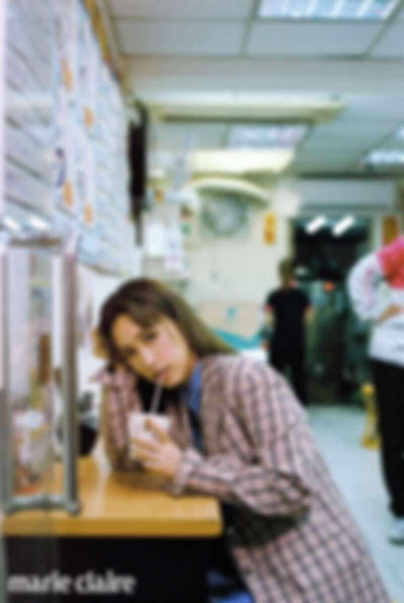 格紋西裝外套、條紋收腰襯衫、條紋短褲、粉色針織襪,all by Prada。
