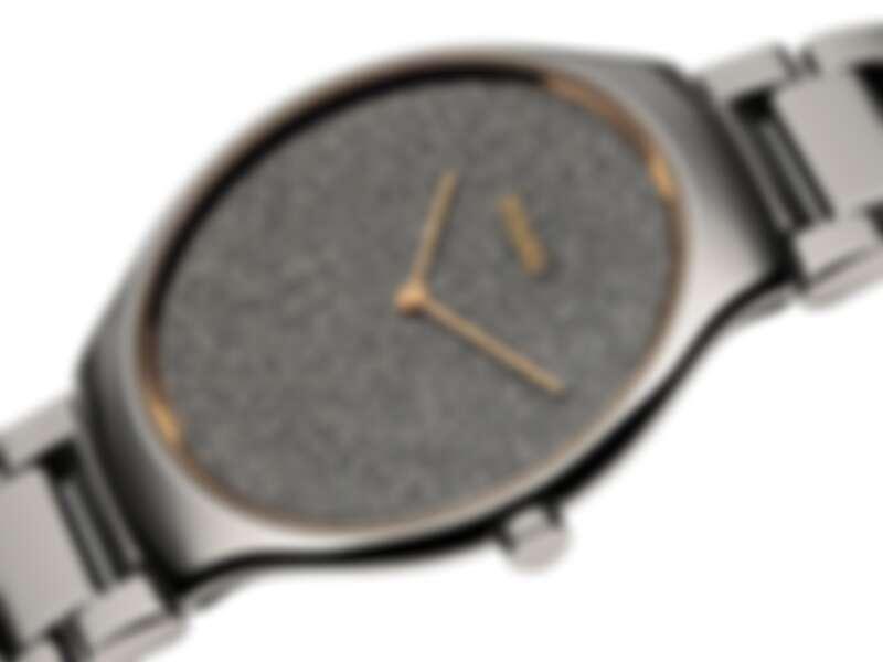 True Thinline 真我超薄亮鑽系列亮鑽系列錶盤以電鍍工藝對鑽石粉末的晶體結構進行複製打造,誕生出特殊的紋理結構,不同顏色的鑽石晶體依角度變化折射出耀眼的光芒, 腕錶面盤移除時標,則提升造型美學與現代感!