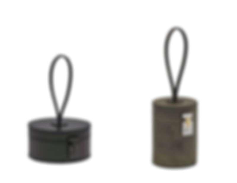 Mini Vanity Macaron (鱷魚皮Iridescent),黑色包款;Mini Vanity Totem(岩板系列)石灰色包款。