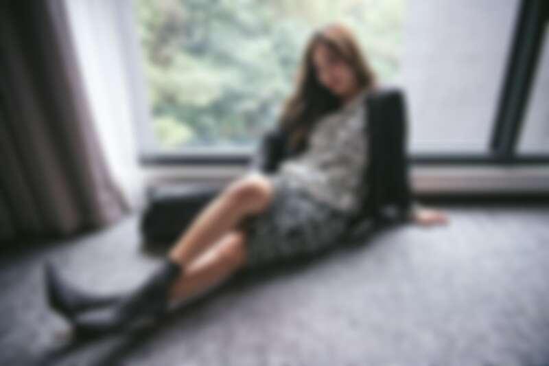 滿版LOGO印花帽T $14,300、A PERFECT DAY針織鉛筆裙 $11,600、風衣外套 $16,300