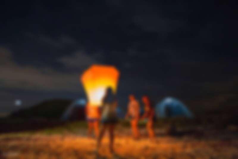 在夜空下與朋友留下美好露營回憶。