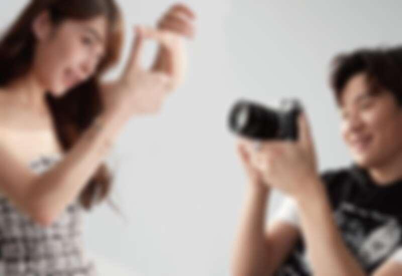 (左)斜紋軟呢洋裝,COCO CRUSH 高級珠寶系列手環、鍊墜、耳扣、指尖戒、戒指(右)黑白圖案連帽背心,COCO CRUSH 高級珠寶系列戒指,all by Chanel。