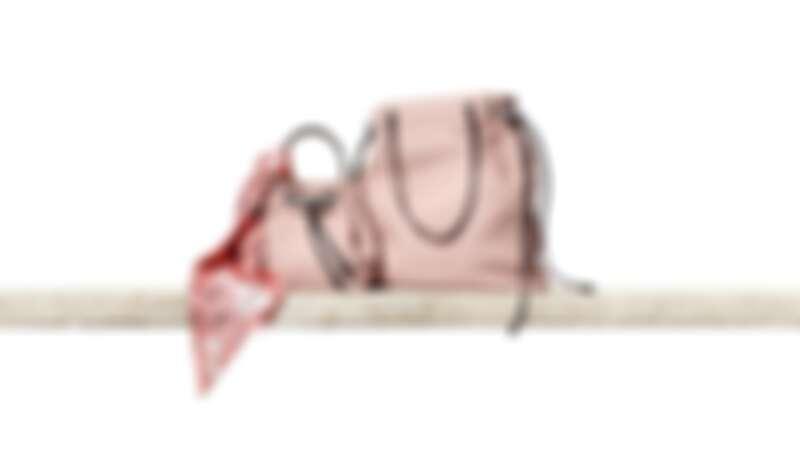 迷你水桶包(NT$18,300)、後背包(NT$23,100)
