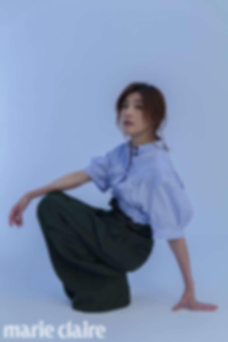 水藍色襯衫、墨綠色高腰長褲,both by Salvatore Ferragamo。