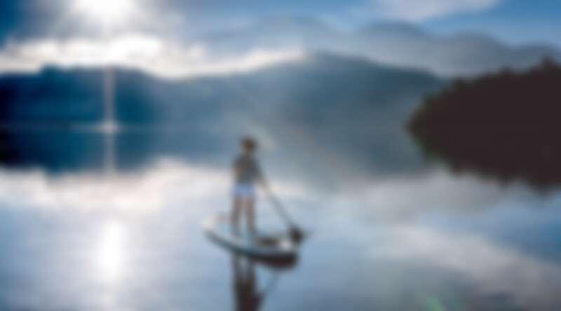 南投日月潭SUP立式划槳體驗可將美不勝收的湖光景色一覽無遺。Source: KLOOK