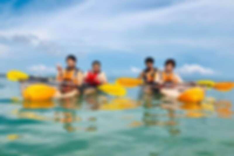 與親朋好友共乘透明獨木舟,輕鬆欣賞水下美景。Source: KLOOK