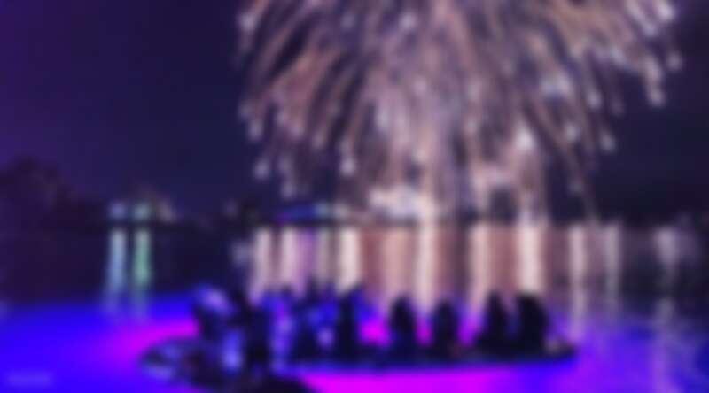 在澎湖乘著SUP在海面上欣賞黑夜中綻放的燦爛花火。Source: KLOOK