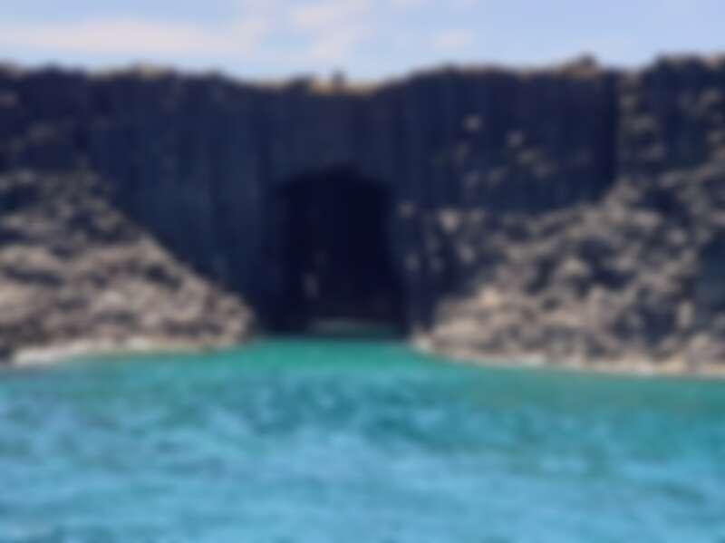 親臨澎湖藍洞,體驗大自然精心雕琢的藍色仙境。Source: KLOOK