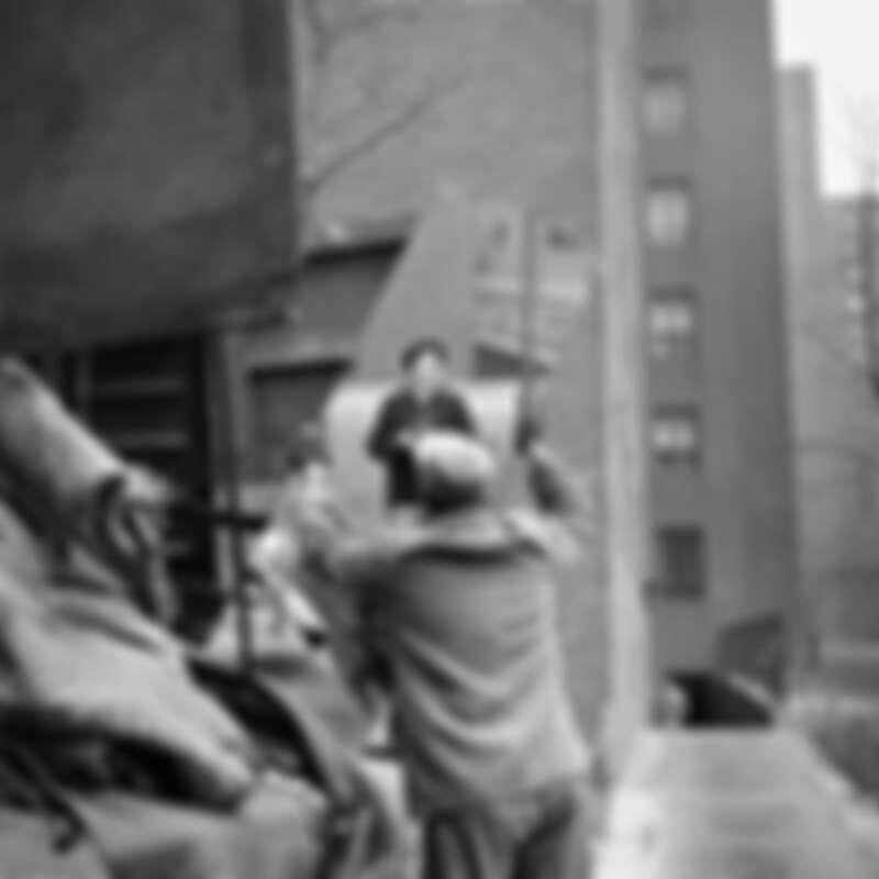 Vivian Maier在鏡頭裡的總是望著鏡頭或某處,彷彿在確認某些事物。她善於利用鏡子或櫥窗的反射創造錯位的趣味,一如多位友人口中不一致的印象,她在照片中擁有許多分身,讓人摸不透到底哪個才是真實的Vivian Maier。