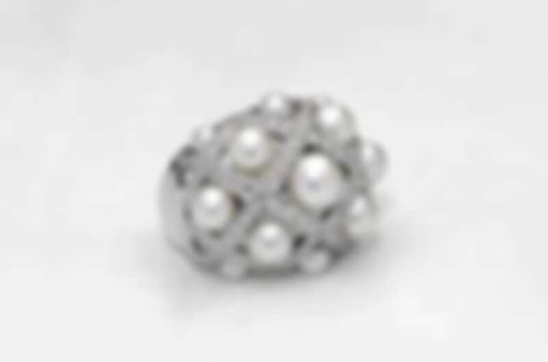 1993年,Chanel 以珍珠結合菱格圖騰戒台