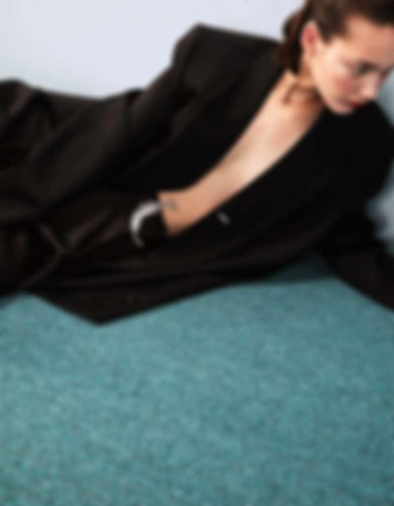 羽毛造型鑽石胸針,Boucheron。黑色成套西裝,Bottega Veneta。
