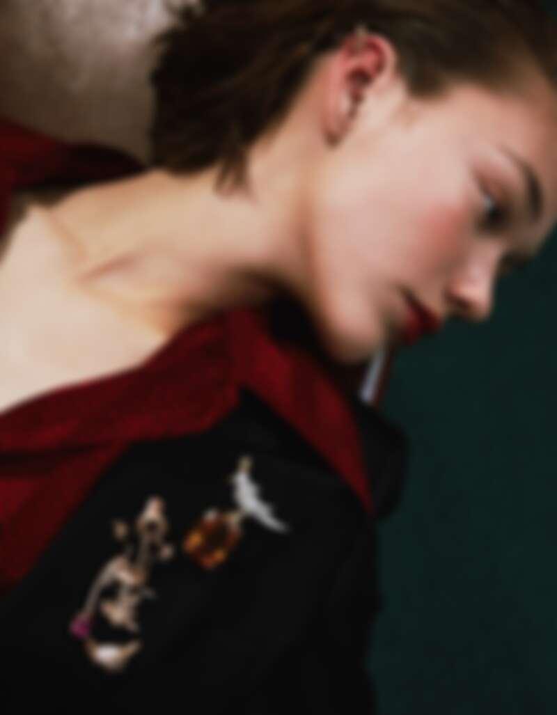 蜻蜓造型胸針(可另用作針式耳環配戴)、稻草人造型胸針,both by Chaumet;石上鳥胸針,Tiffany & Co.。襯衫與西裝外套,both by Saint Laurent。