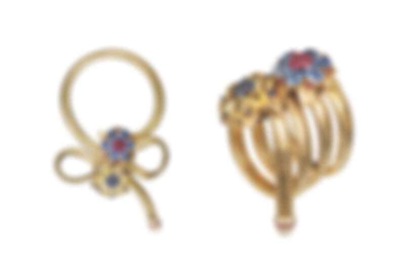 1939年誕生的Two Flowers Passe Partout黃K金項鍊,現典藏於巴黎梵克雅寶,鑲嵌紅寶石、黃色和藍色藍寶石,首創的可轉換式設計,讓項鍊也可作為手鍊或腰帶、胸針佩戴,引領當代風潮,對品牌日後的可轉換式珠寶設計有著深遠影響。