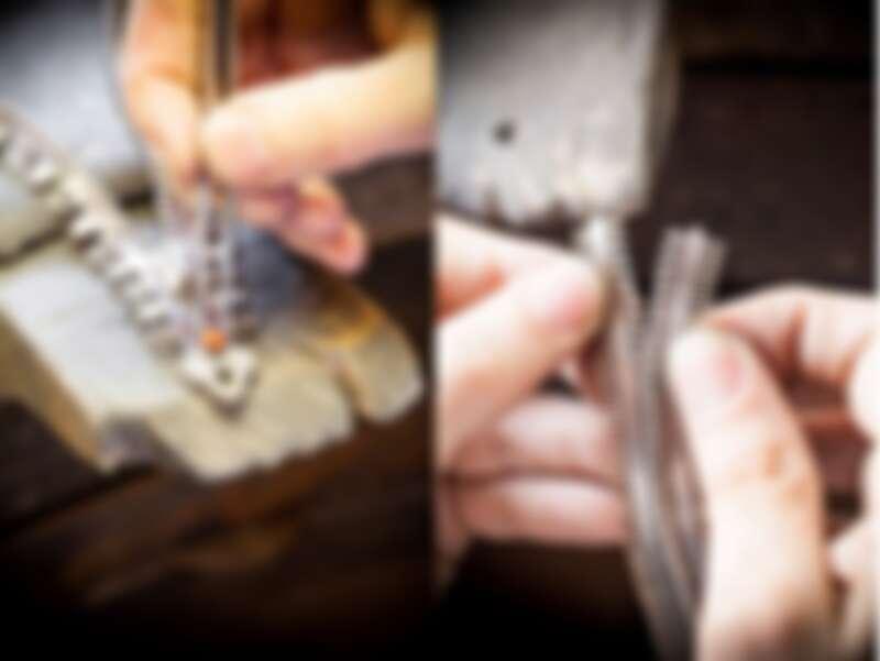 世家寶石匠師以細微的角度調整Zip項鍊上珊瑚所要鑲嵌的位置,並檢查拉鍊拉起狀態。