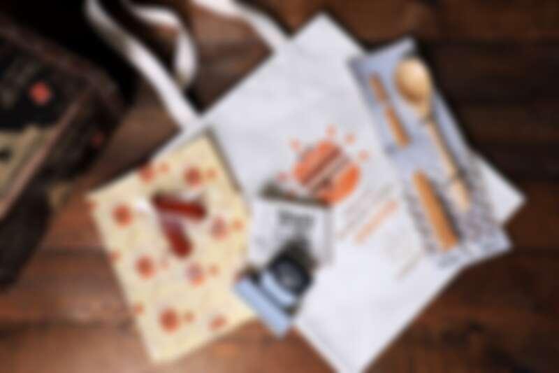 1299元套組有限量福袋,內含環保蜂蠟保鮮布、「廣富號」漢堡帆布袋、「錦霞樓」片裝烏魚子、「碳佐麻里餐飲系列」環保餐具組、「新力牌印章」漢堡個資保護章