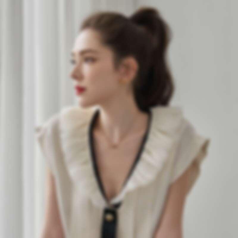 服裝/香奈兒2019/20 巴黎-康朋街31號工坊系列 米色荷葉邊領口飾黑色領結綢緞襯衫、配戴/COCO CRUSH高級珠寶系列