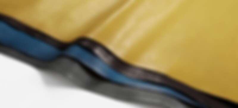富含油脂的Oil Rubbed Leather,讓皮革柔軟溫潤且耐用
