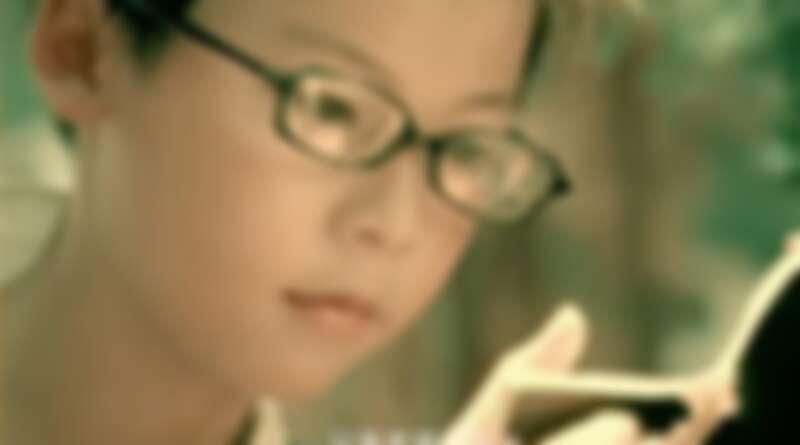 帶著細框眼鏡的桌球隊小隊員正是許光漢本人,乾淨的五官直到今天仍舊沒有絲毫的改變。 Photo / YouTube 周杰倫《三年二班》畫面)