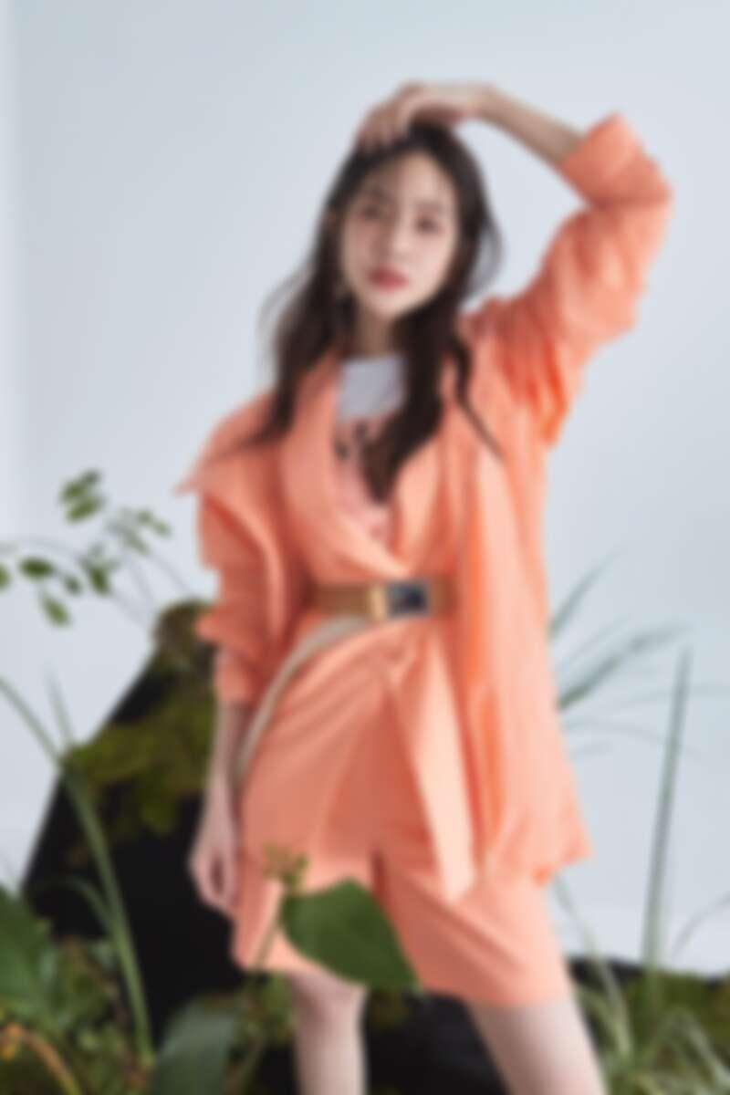 粉橘色為主軸的堆疊混搭方式,讓同色系穿搭依舊充滿視覺層次美感。