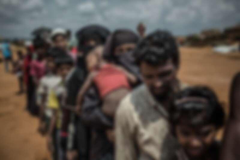 羅興亞難民營內,人們排隊等候新住所的分配。© Pablo Tosco/Angular