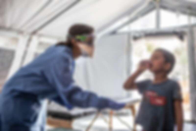 新冠肺炎疫情期間,MSF人員在希臘莫里亞(Moria)難民營,為前來求診的難民提供服務。© Anna Pantelia/MSF