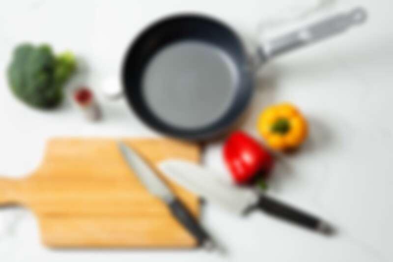 99%原鐵平底牛排煎烤鍋、星級主廚輕巧料理刀(14cm)、星級主廚萬用刀(17cm)。