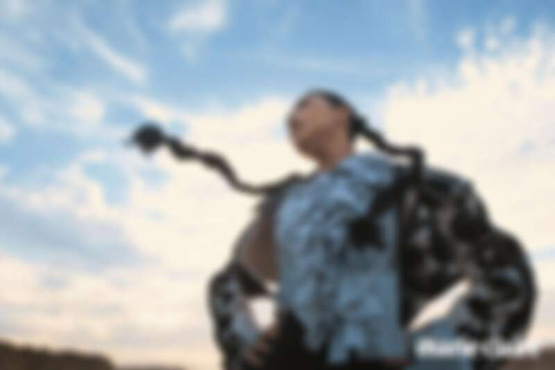 刺繡珠釦雙層墊肩外套、荷葉邊裝飾襯衫、黑色皮革荷葉裙、黑色雪紡拼接荷葉裙,all by Louis Vuitton。