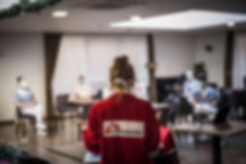 比利時布魯塞爾,MSF行動小組為退休者之家的員工,進行新冠肺炎的衛教講習。© Olivier Papegnies