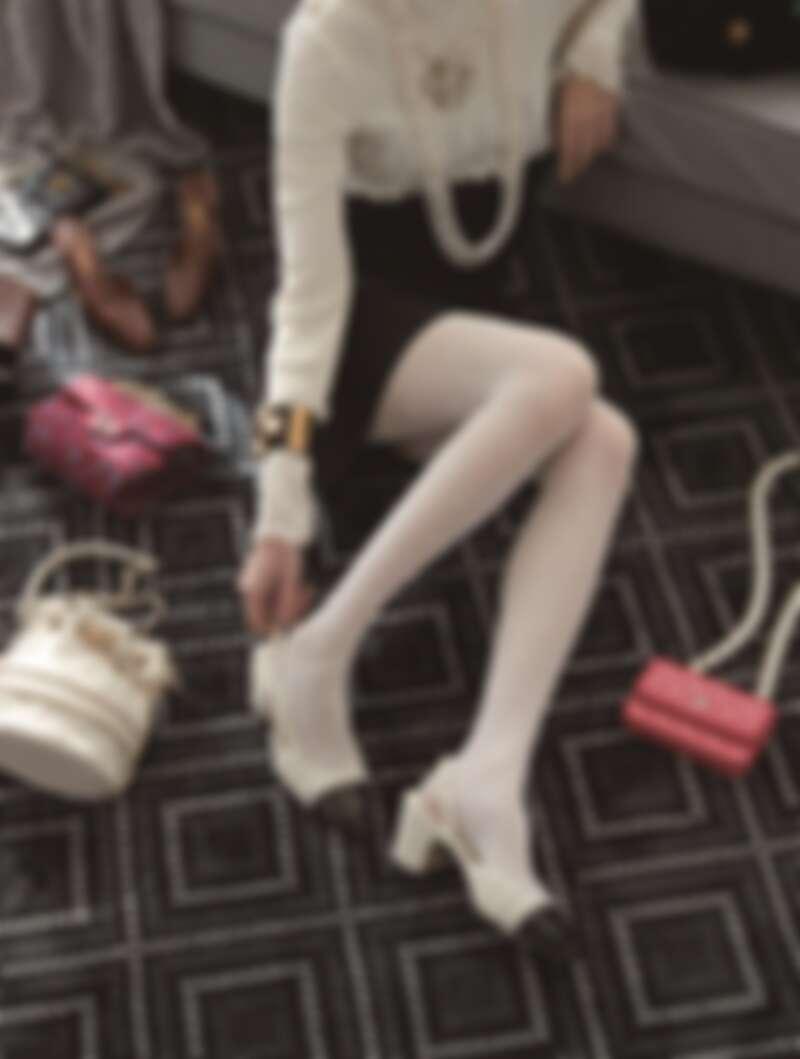 十字造型圖紋針織衫、十字造型寶石樹酯與雙C Logo金屬項鍊、多彩寶石耳環、雙C Logo寬版金屬手環、白色菱格紋皮革穿金屬鍊帶水桶包、黑色皮革吸釦馬褲、黑色皮革騎士馬靴,CHANEL。