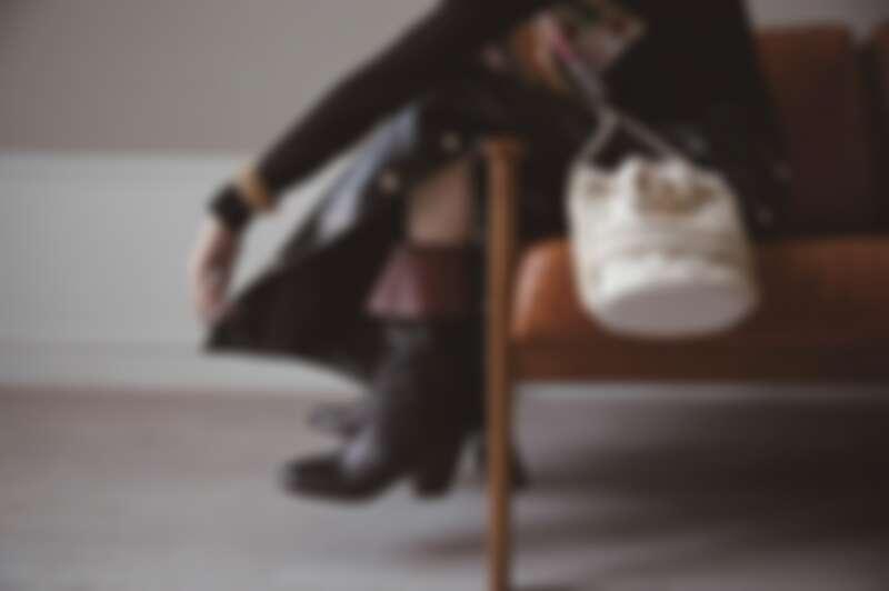 黑白拼接蕾絲緄邊洋裝、十字造型多層次珍珠串鍊、黑色十字造型高級樹脂手環,白色斜紋軟呢雙色鞋、粉色亮皮菱格紋珍珠背鍊皮夾、白色菱格紋皮革穿金屬鍊帶水桶包、紫紅色亮片刺繡斜紋軟呢2.55包、棕色皮革雙色鞋、黑色菱格紋CHANEL 19手機包,CHANEL。
