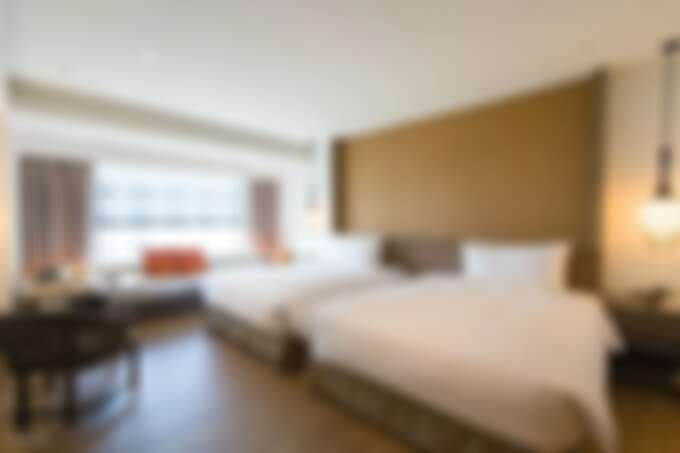 海東客房蘊藏中式元素的設計風格,巧妙的將毛筆化為吊燈飾品