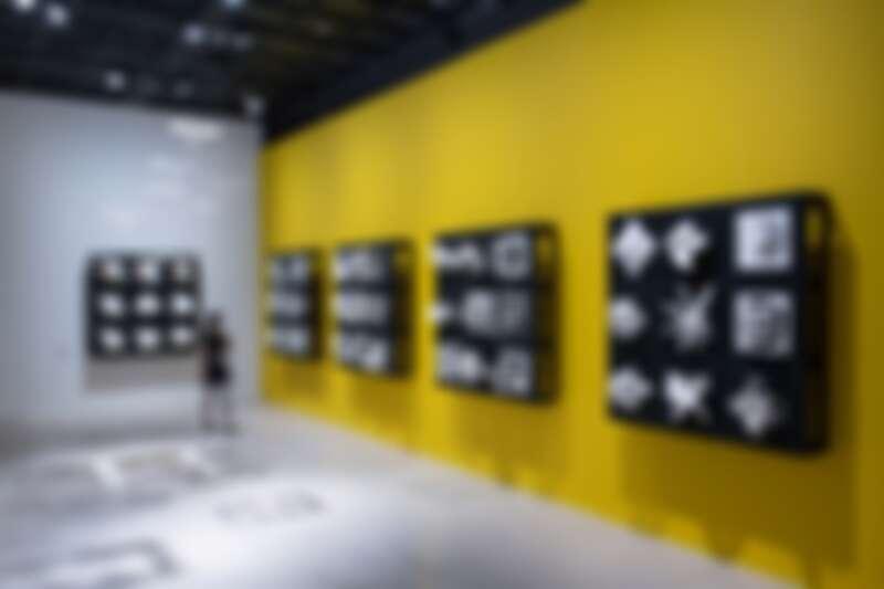 入口陳列洪新富全新作品「方圓之間」,傳遞出「方寸有限、想像無限」的概念。