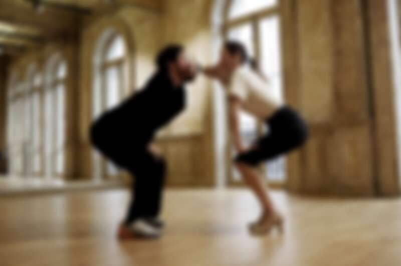 為了親自跳完這支舞,讓舞步律動更自然,男主角進行了五天的訓練課程。在薩拉邦舞曲的襯托下,兩人瘋狂轉圈。