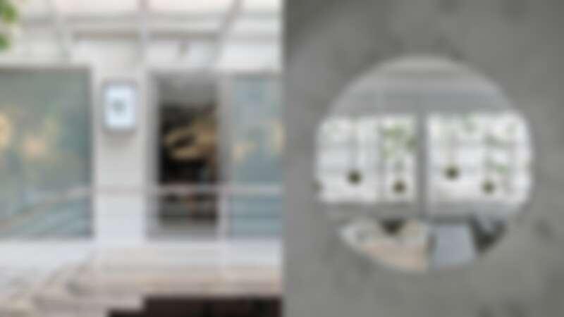 座落於台北東區靜巷,店裝以灰白銀三色調打造純淨藝術實驗空間