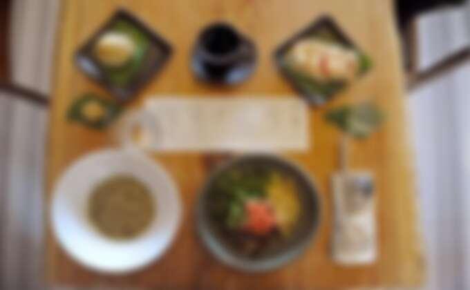 享用山城食堂提供的特色五行套餐。Source: KLOOK