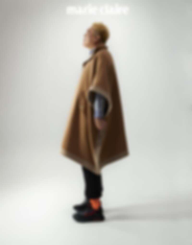 斗篷,Rag & Bone;條紋襯衫,Uniqlo &+J;球鞋,Nike。