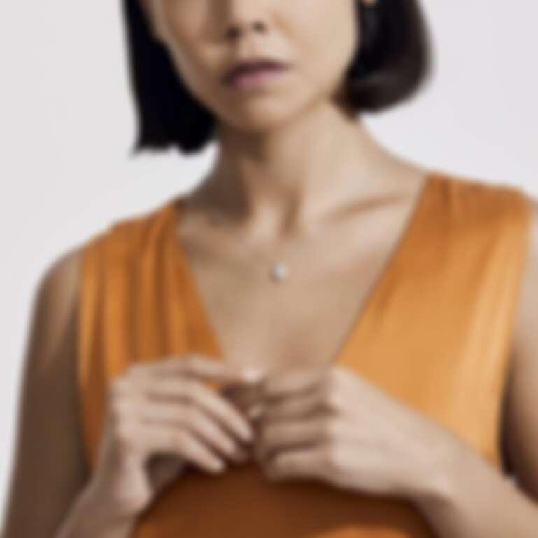 De Beers Aura系列18K白金梨形切割鑽石項鍊,主鑽0.2克拉起,售價NT83,000起