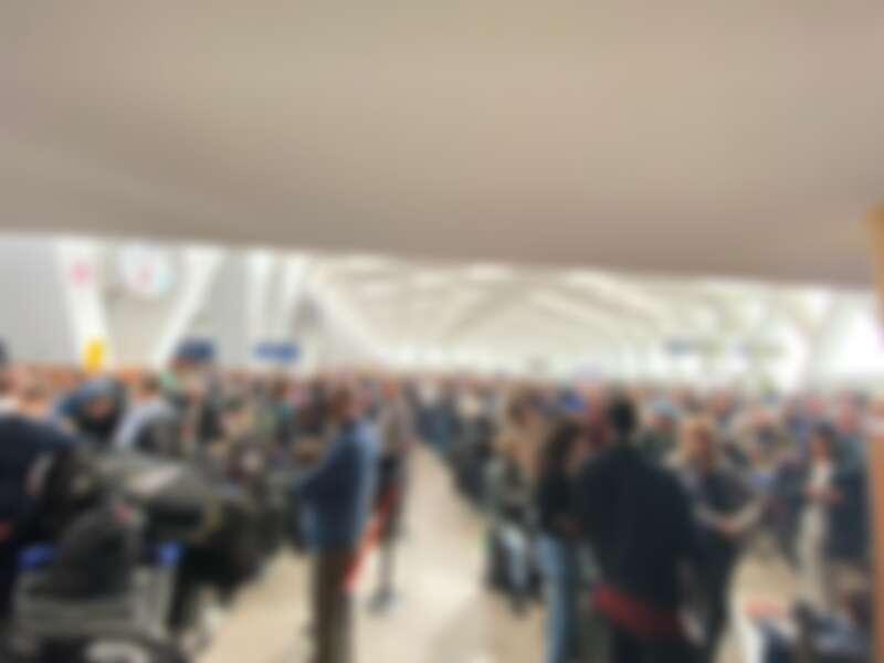 所有人擠在機場等待救援班機的盛況,說真的看到真叫人擔心,你們也可以看到當時戴上口罩的人真的是屈指可數。