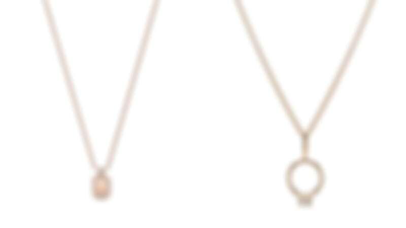 (左)海瑞溫斯頓HW Logo系列18K玫瑰金鑽石鍊墜,(右)海瑞溫斯頓Charms系列HW黃金鑽石婚戒鍊墜