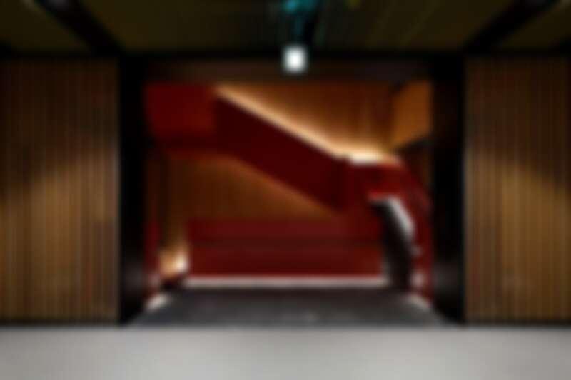 貫穿全樓層的大紅樓梯,為空間增添熱情