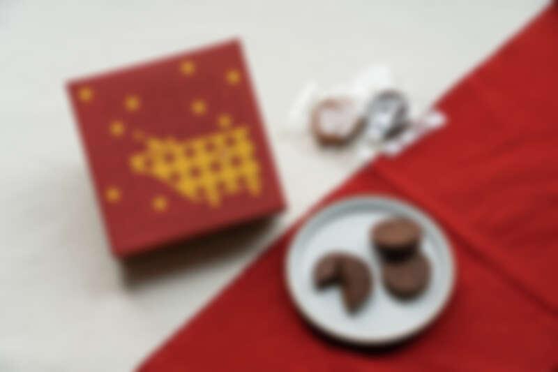 誠品生活武昌店|品好乳酪 牛轉品味春節禮盒(夾心餅乾+指定口味泡芙),特價600元(原價680元)。